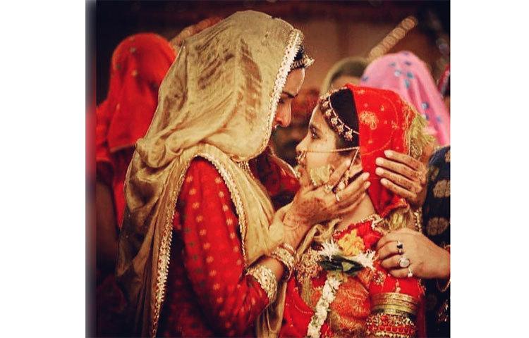 এই সিরিয়ালে 'বালিকা বধূ'র চরিত্রে অভিনয় করেছিলেন অভিকা গৌর। ছোট্ট আনন্দীর সরল, মিষ্টি অভিনয় ভালো লেগেছিল সকলেরই ।