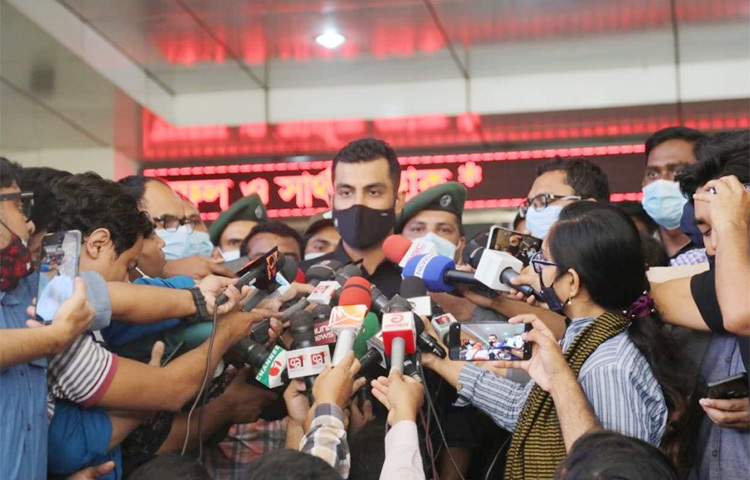 রাজধানীর কুর্মিটোলা হাসপাতালে করোনার টিকা নিয়েছেন বাংলাদেশ ক্রিকেট দলের ওয়ানডে অধিনায়ক তামিম ইকবাল। ছবি: বিপ্লব দিক্ষিৎ