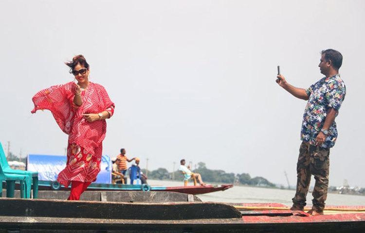 আনন্দের মুহূর্তে ছবি তুলছেন ভ্রমণকারীরা। ছবি: মাহবুব আলম