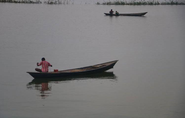 ডিংগি নৌকায় ভেসে মাছ ধরছে জেলেরা। ছবি: মাহবুব আলম