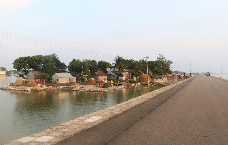 দূরে ভেসে থাকা গ্রামগুলো যেন ছোট ছোট দ্বীপ। ছবি: মাহবুব আলম