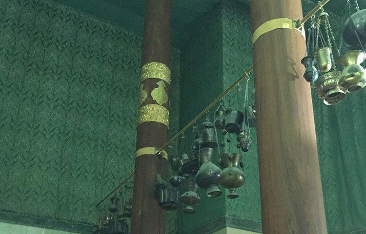 কাবা ঘরের তিনটি স্তম্ভের মাঝে ঝুলানো বিভিন্ন ধরনের বাতি।