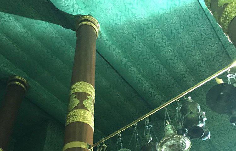 কাবা ঘরের তিনটি স্তম্ভের মাঝে ঝুলানো বাতি কাবা ঘরকে আরো সৌন্দর্য মণ্ডিত করে।