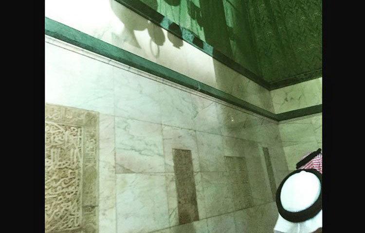 কাবা ঘরের অভ্যন্তরে কারুকার্য ও ক্যালিগ্রাফি খচিত দেয়ালের অংশ বিশেষ।