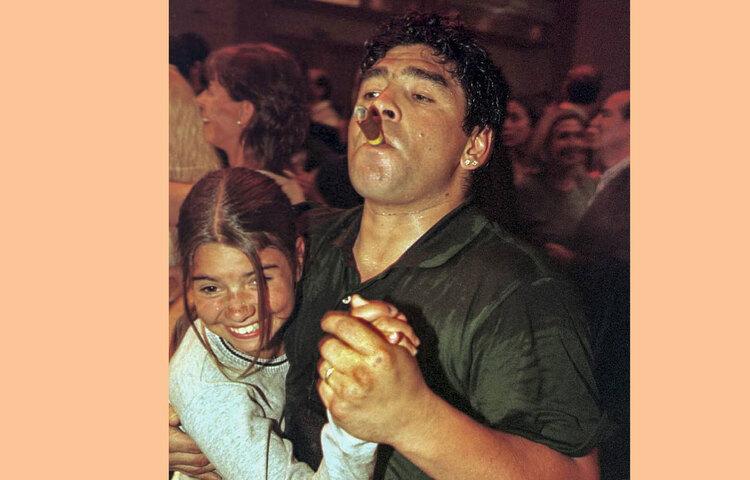 ম্যারাডোনা উরুগুয়ের পান্টা দেল এস্টে ৯ জানুয়ারি ১৯৯৯ সালে কনরাড হোটেলে পার্টিতে নাচছিলেন।