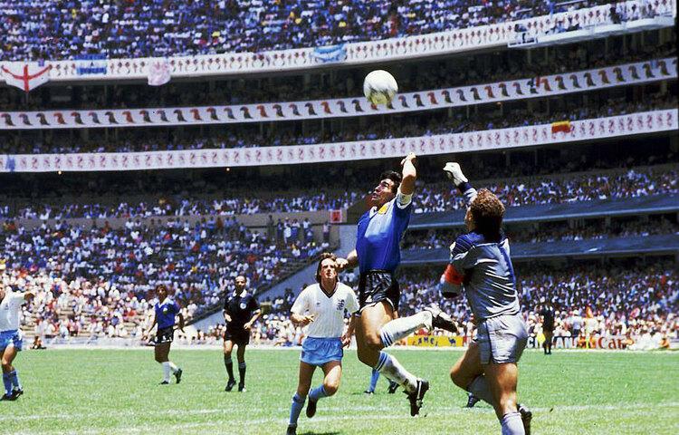 ১৯৮৬ সালের বিশ্বকাপে হাত দিয়ে গোল করার মুহূর্ত। ম্যারাডোনার একে 'হ্যান্ড অফ গড' 'ঈশ্বরের হাত' বলে ঘোষণা করেছিলেন।