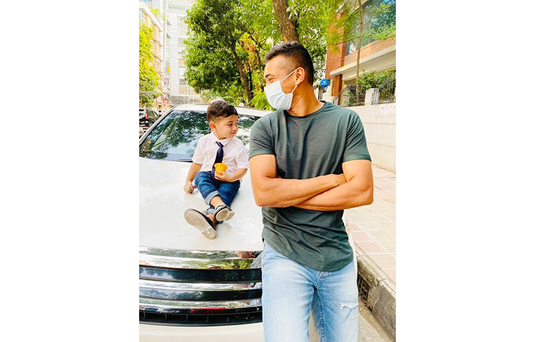 ছবিতে দেখা যাচ্ছে, মাস্ক পরা তাসকিন ছেলে তাশফিন আহমেদ রিহানের দিকে হাস্যোজ্জ্বল ভঙ্গিতে তাকিয়ে আছেন। ছবি: ফেসবুক