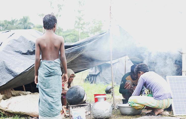 তার নাম জিজ্ঞাসা করলাম। তিনি বললেন, 'আমার নাম আল হারুনিয়া। আমি এখানকার সরদার। আমার আদি নিবাস ঢাকার বিক্রমপুরের লৌহজং থানায়।' ছবি: সাজেদুর আবেদীন শান্ত