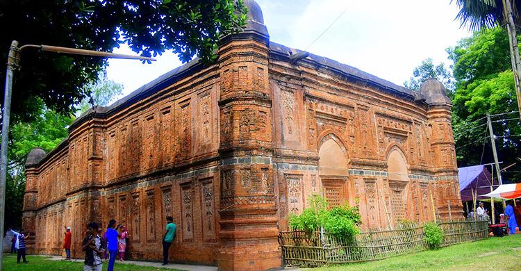 পাঁচশ বছর ধরে অম্লান বাঘা শাহী মসজিদ