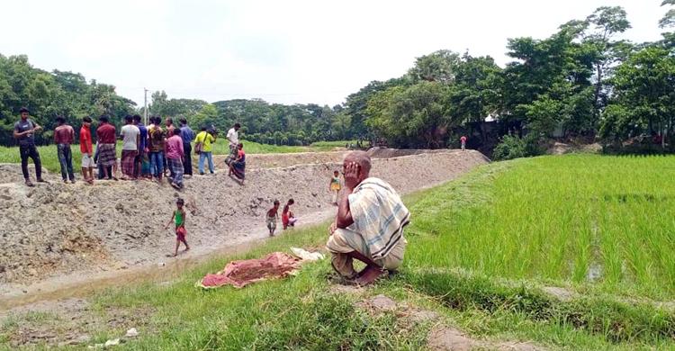 কুমিল্লায় খাল ভরাট করে নির্মিত হচ্ছে আশ্রয়ণ প্রকল্পের ঘর