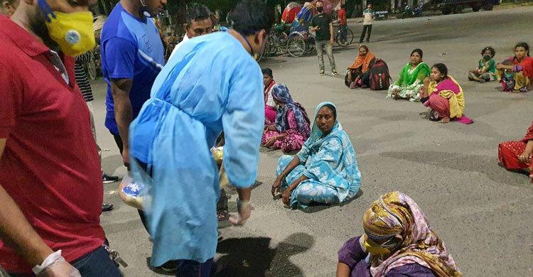 ছিন্নমূল মানুষদের তিন দিনের খাদ্যসামগ্রী দিলেন রাব্বানী