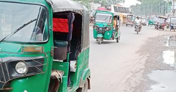 মহাসড়কে বাস-ট্রাকের সঙ্গে পাল্লা দিচ্ছে নিষিদ্ধ থ্রি-হুইলার
