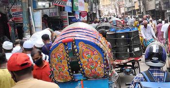 বিধিনিষেধ 'কাগজে কলমে', রাস্তায় যানজট-মার্কেটে ভিড়