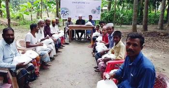 ৯০ কৃষককে কৃষি উপকরণ দিলো রাবি শিক্ষার্থীরা