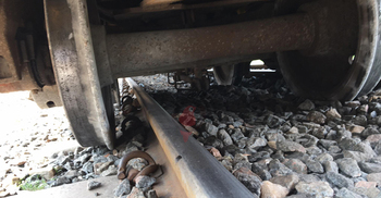 মগবাজার ক্রসিংয়ে ট্রেন লাইনচ্যুত, দুই পাশে জটলা