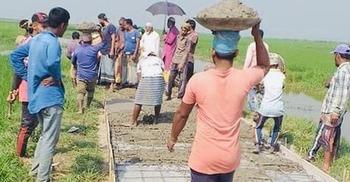 আবেদনে মেলেনি সাড়া, অবশেষে নিজেদের অর্থেই কৃষকদের রাস্তা নির্মাণ