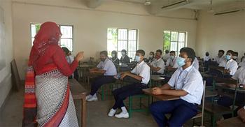 অভিভাবকদের ভিড় নেই, স্বাস্থ্যবিধি মেনেই ক্লাসে শিক্ষার্থীরা