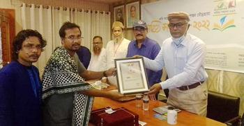 রূপান্তর-রৌদ্রছায়া সম্মাননা পেলেন এনাম রাজু