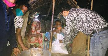 ঘুম থেকে ডেকে বেদেপল্লীর ৬৫ পরিবারকে খাবার দিলেন ইউএনও