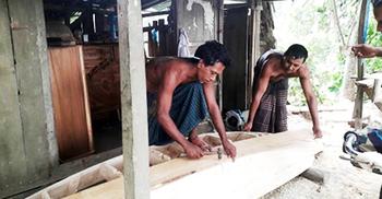 করোনায় কেটেছে নৌকা তৈরির শ্রমিক সংকট