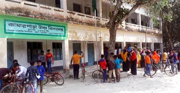 অনুদানের গুজব : বগুড়ায় স্কুলে শিক্ষার্থী-অভিভাবকদের ভিড়