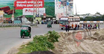 ঢাকা-টাঙ্গাইল মহাসড়কে চলছে বাস, রাস্তা থেকেই তোলা হচ্ছে যাত্রী