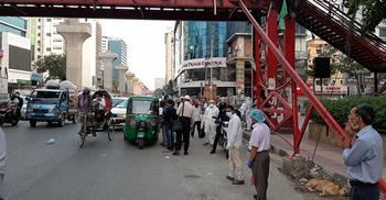 বাসায় ফিরতে ভোগান্তি: রাজধানীতে ভাড়ায় চলছে দামি গাড়ি