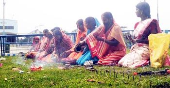 ভারতে করোনাকে 'মা' মেনে দলবেঁধে পূজা!
