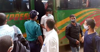 চট্টগ্রামে পোশাক কারখানার ব্যানারে বাসে যাত্রী পরিবহন