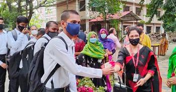 ফুল দিয়ে বরণ করা হলো ঢাকা কলেজ শিক্ষার্থীদের