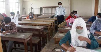 স্বাস্থ্যবিধি মেনে পরীক্ষা দিল নজরুল বিশ্ববিদ্যালয়ের শিক্ষার্থীর