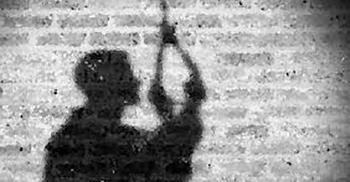 প্রবাসী স্ত্রীকে ভিডিও কলে রেখে গলায় ফাঁস দিলেন স্বামী