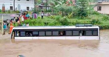 কেরালায় ভারি বৃষ্টি: ভূমিধসে ৫ জনের মৃত্যু, নিখোঁজ বহু