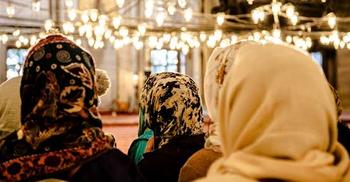 হিজাব বিরোধী আইনের প্রতিবাদ করলেন অমুসলিম নারীরা!