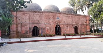 মোগল ঐতিহ্যের স্মারক তিন গম্বুজ শাহী মসজিদ