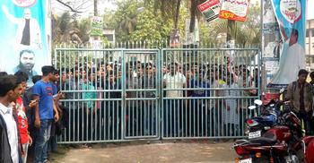 কলেজের প্রধান ফটকে তালা দিলেন অধ্যক্ষ, শিক্ষার্থীদের বিক্ষোভ