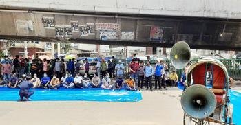 কর্মী ছাঁটাইয়ের প্রতিবাদে জনকণ্ঠ অফিসে তালা