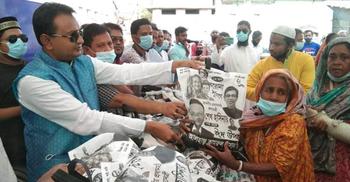 ৬০০ পরিবারকে ঈদ উপহার দিলেন স্বেচ্ছাসেবক লীগ নেতা