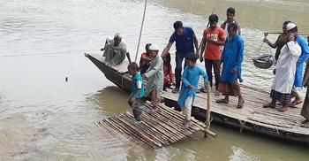 এক নৌকায় ৪০ গ্রামের মানুষের নদী পারাপার