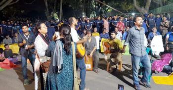 জাবির আন্দোলনকারীদের বাড়িতে বাড়িতে 'যাচ্ছে' পুলিশ