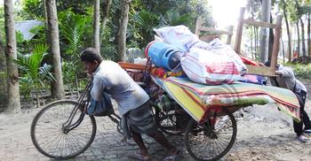 সংঘর্ষ-নিহত: লুটপাটের আশঙ্কায় মালামাল সরিয়ে নিচ্ছে গ্রামবাসী