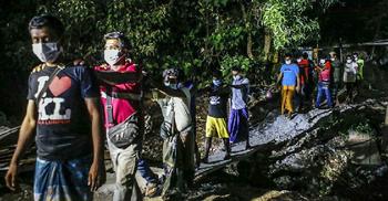 'আই লাভ কেএল' টি-শার্ট পরা অবৈধ অভিবাসীর ছবি ভাইরাল