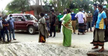 গ্রাম লকডাউন, বাইরে ঘুরে বেড়াচ্ছে করোনা রোগী