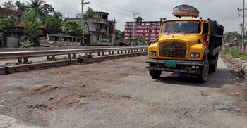 ঢাকা-টাঙ্গাইল মহাসড়কে নির্মাণ কাজ শেষ না হতেই খানাখন্দ