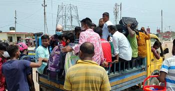 ঢাকায় ফিরতে নিম্ন আয়ের মানুষের ভরসা পিকআপভ্যান