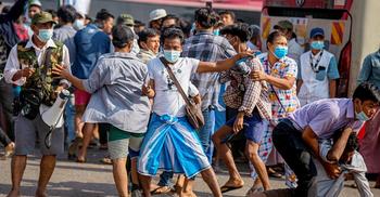 মিয়ানমারে বিক্ষোভকারীদের ওপর সেনা সমর্থকদের হামলা