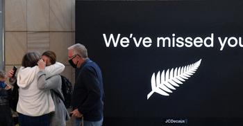 অস্ট্রেলিয়া-নিউজিল্যান্ড বিমান চলাচল শুরু, আবেগাপ্লুত যাত্রীরা