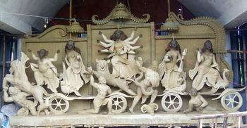 কাদামাটিতে ধীরে ধীরে ফুটে উঠছে দেবী দুর্গার মুখ