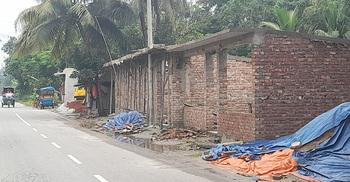 নোয়াখালীতে সওজের জমি দখল করে দোকান নির্মাণের অভিযোগ