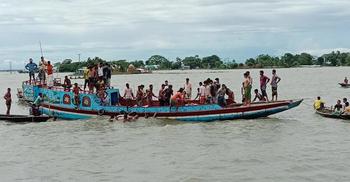 পদ্মায় ১৫ যাত্রী নিয়ে নৌকাডুবি, রাবি শিক্ষার্থীসহ দুইজন নিখোঁজ